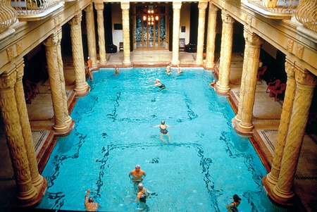 Une piscine qui ressemble à une cathédrale !
