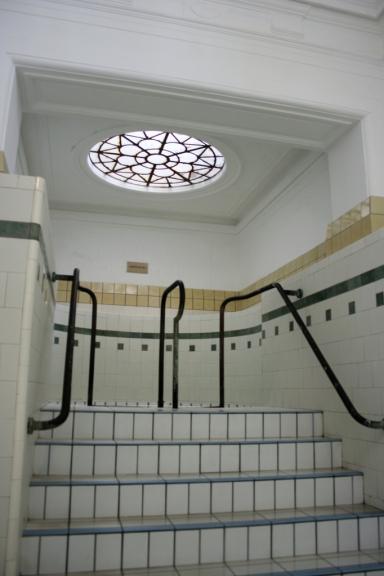 En haut de ces escaliers se cache un bassin à 18 °