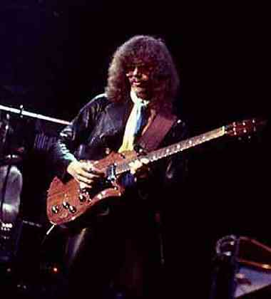 Steve Hunter avec une guitare impossible à identifier ...