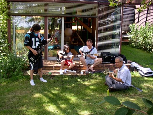 En vacances chez mes parents ... échange de guitares !