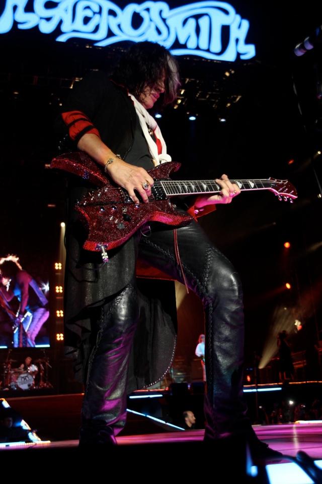 Joe Perry avec l'incroyable BC Rich à 10 cordes dans une finition d'une grande sobriété :-)