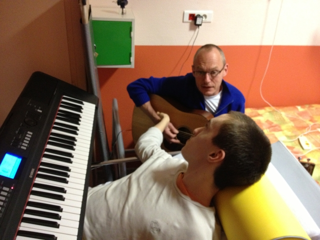 Lucas à l'hôpital en rééducation, duo piano guitare