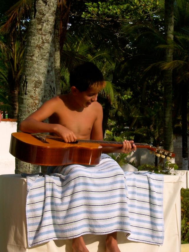 Sergio, premier contact avec une guitare acoustique