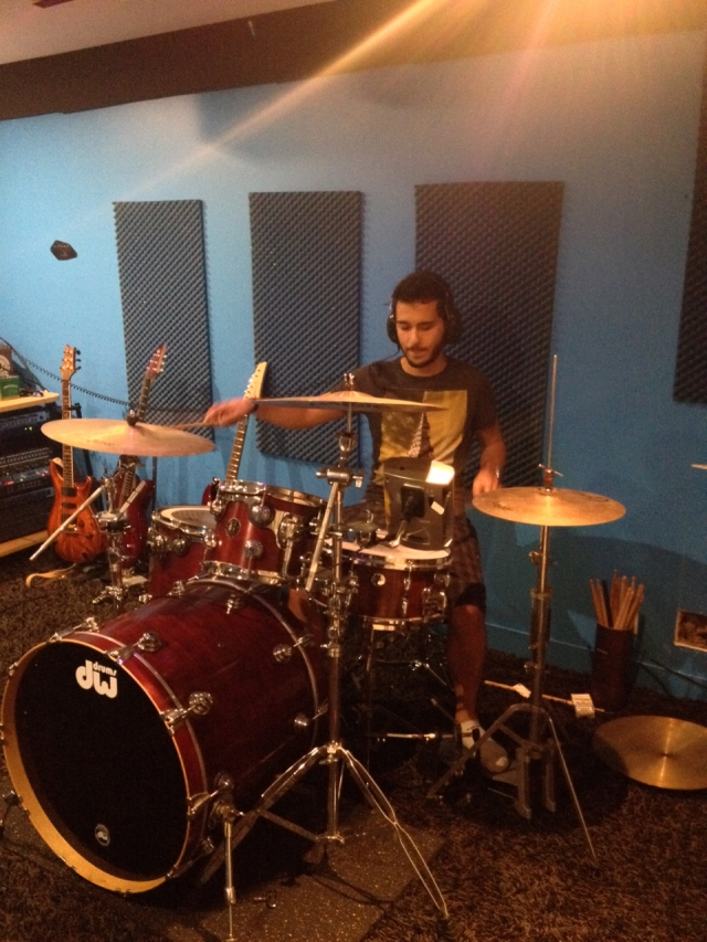 Steven à la batterie à la maison